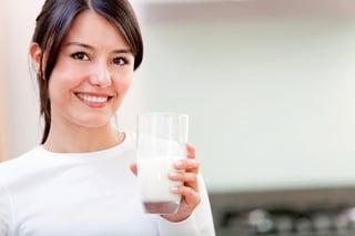 girl-drinking-milk-vitamind-bowleg-bowlegged-bowleggs-nutrition.jpeg