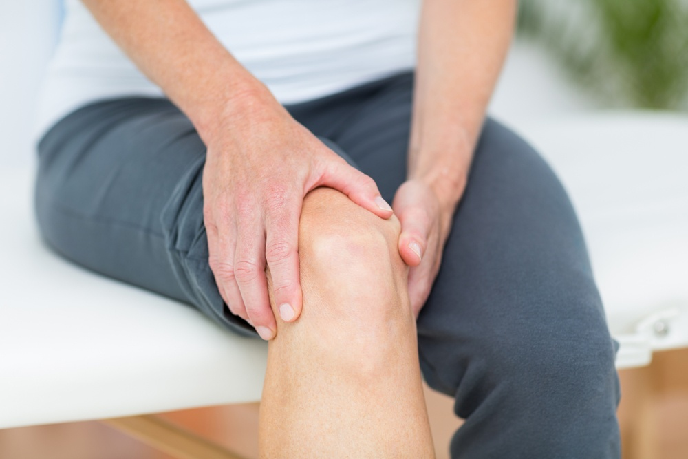 Woman having knee pain in medical office-1.jpeg